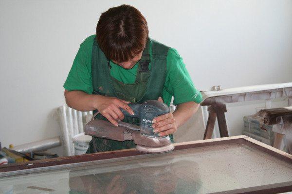А вот решение вопроса, как снять старую краску с деревянных окон, шлифованием очень возможно, здесь площадь работ гораздо меньше
