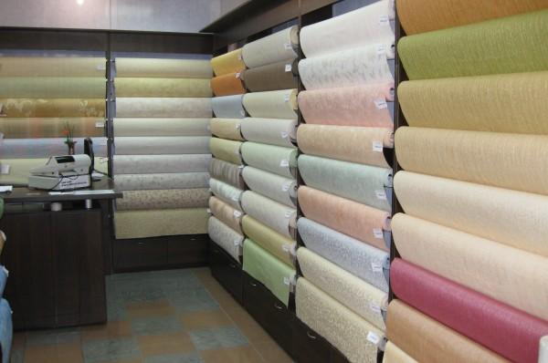Ассортимент различных видов настенных покрытий.