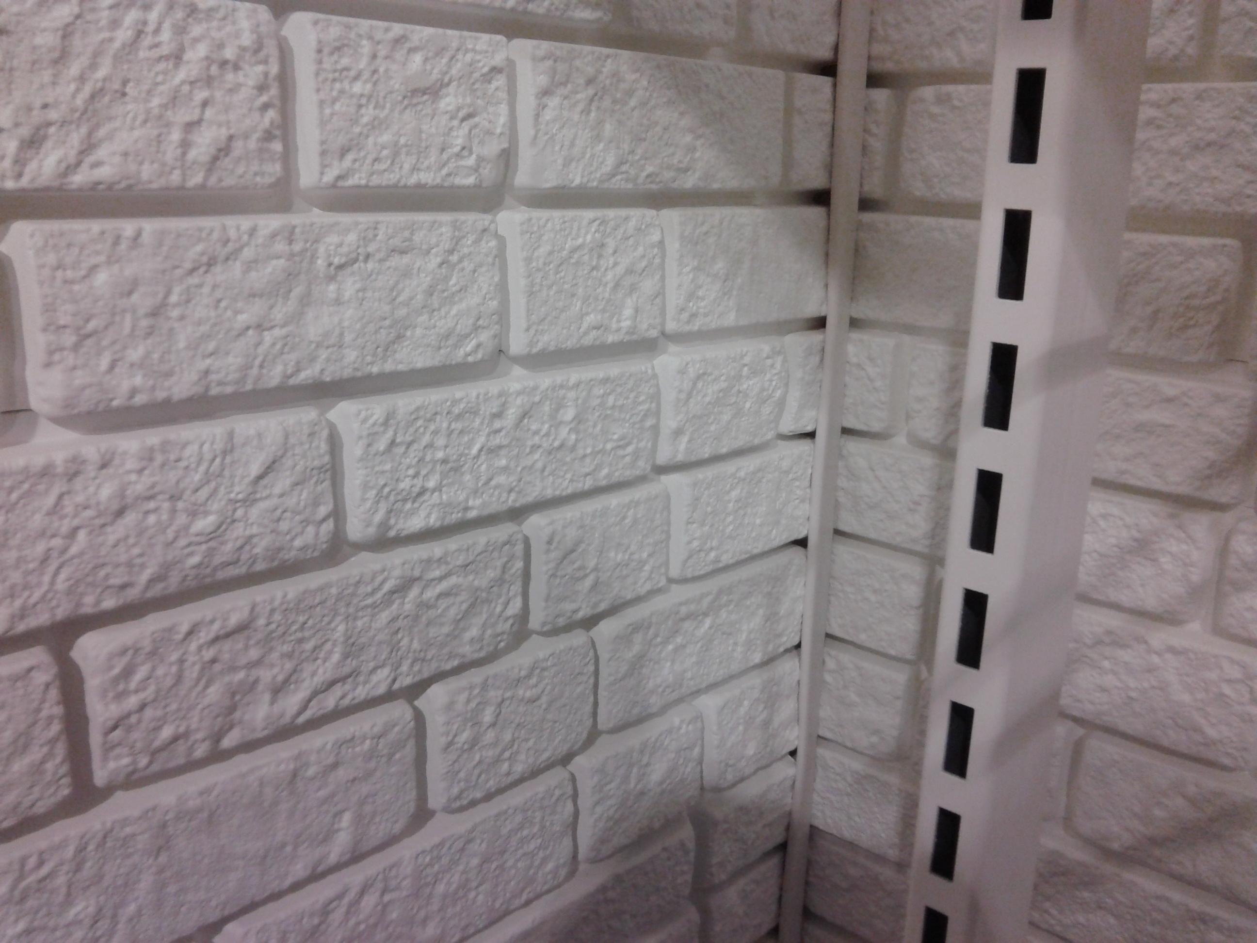 Магазин одежды.  Внутренняя отделка панелями кирпич 10: цвет белый.