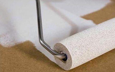 Часто грунтовка наносится всё-таки шпателем своими руками, но, если позволяет консистенция и поверхность, можно воспользоваться и кистью или валиком