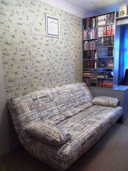 Декорированный под газеты диван