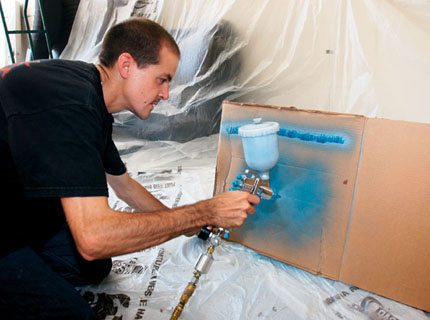 Делайте пробную покраску на куске картона для подбора тона и настройки интенсивности подачи краски.
