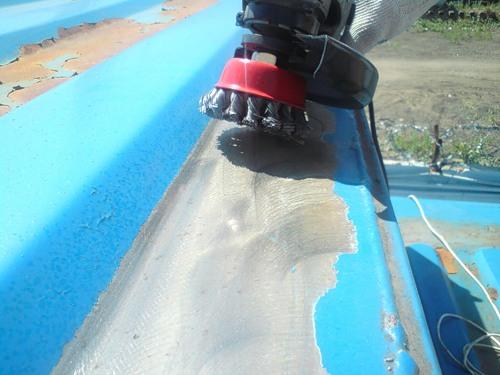 Для очистки поверхности можно использовать электроинструмент.