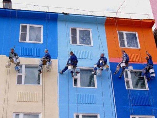 Для покраски многоэтажных домов лучше всего нанимать альпинистов.