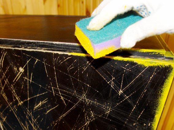Для покраски можно использовать поролоновую губку.