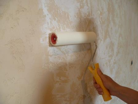 Для удобства, рекомендуется использовать широкий валик с длинным ворсом