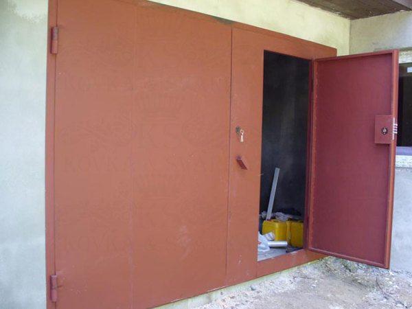 До того, как покрасить гаражные ворота, необходимо понять, что для этих целей подходит лучше.