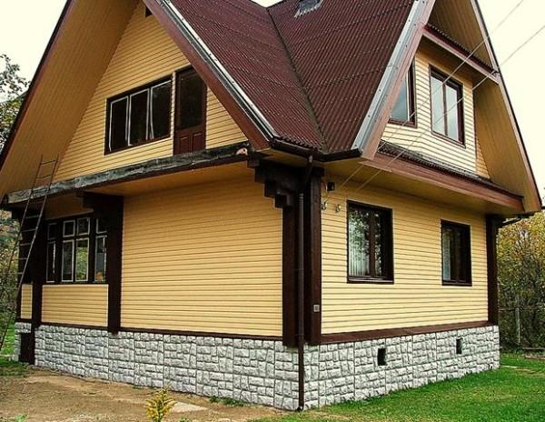 Дом, обшитый сайдингом, выглядит аккуратно, служит долго