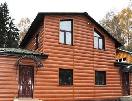 Дом отделанный виниловым сайдингом под бревно