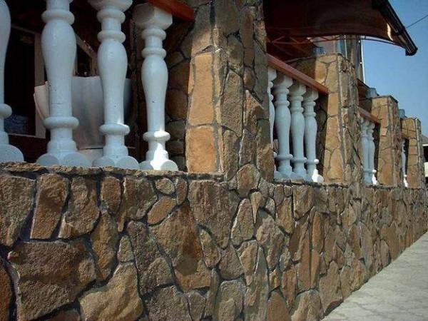 Дом с каменной облицовкой выглядит эстетично и богато.