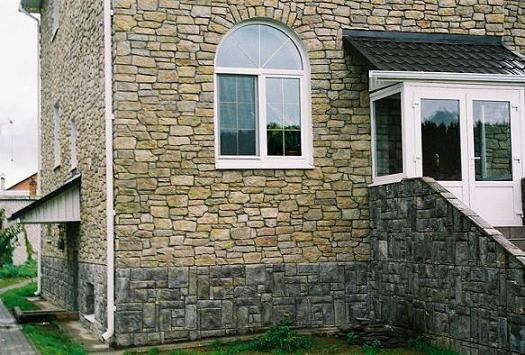 Довольно часто искусственный камень очень тяжело отличить от натурального, чем пользуются профессиональные дизайнеры и мастера