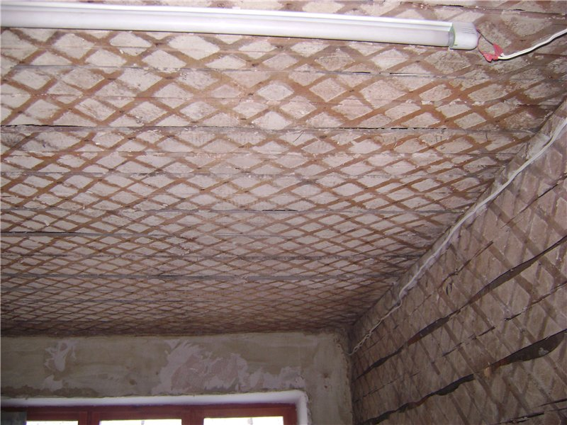 Как заштукатурить деревянный потолок