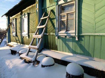 Если ремонт фасада запланирован на зиму - про красители на водной основе можно забыть.