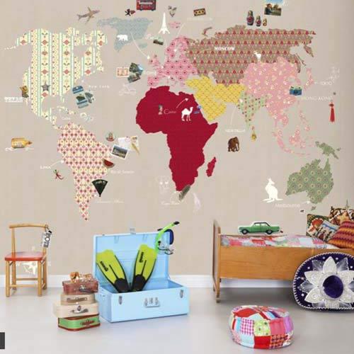 Если у вас осталось несколько разноцветных видов обоев, используйте их для создания карты мира на однотонной стене детской комнаты
