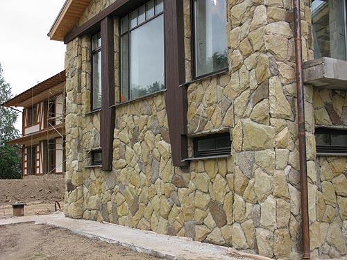 Фасад, отделанный камнем
