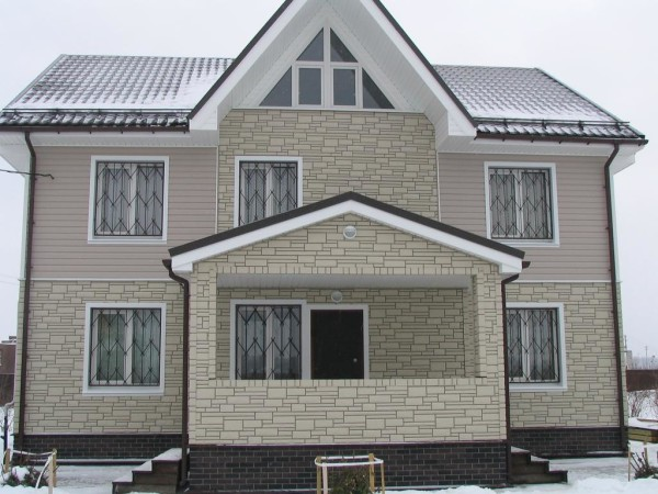 Фасад жилого дома после наружной отделки.