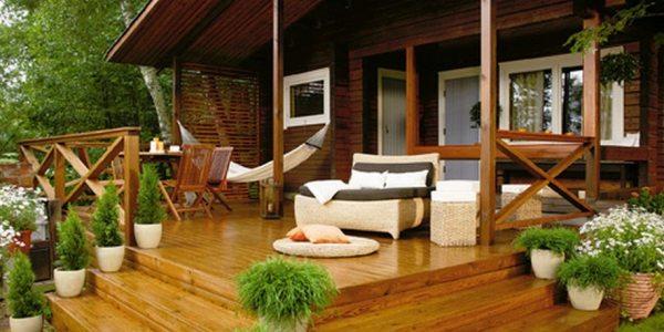Фото доказывает, что деревянная терраса – это не только удобно, но и красиво.