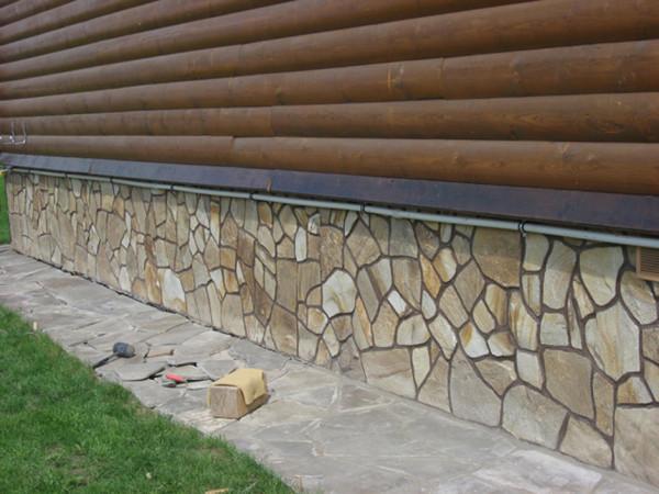 Фото цоколя, отделанного натуральным камнем