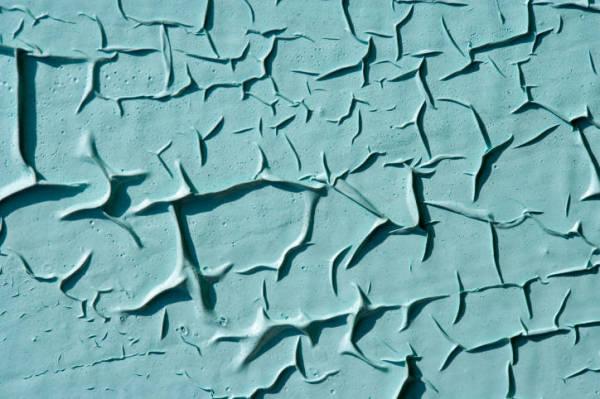 Фото: воспользовавшись составами для снятия лакокрасочных материалов, вопрос, как отчистить пластик от краски – намного облегчается