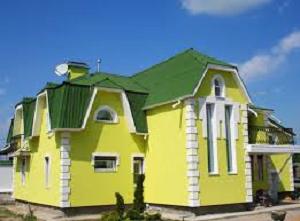 Фото яркого фасада, который окрашен именно фасадной краской