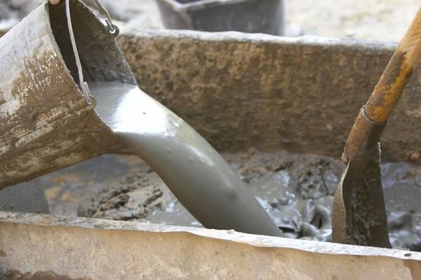 Готовим цементный раствор для отделки плиткой нужной густоты.