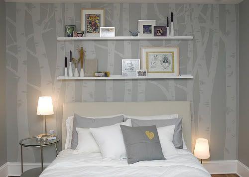 Хозяева этой спальни использовали краску на пару тонов светлее цвета стен. В результате получились как бы тени березок. Неярко, неброско, изысканно – самое то для комнаты отдыха.