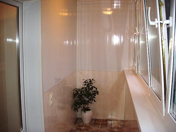 Использование панелей двух цветов позволяет сделать балкон более привлекательным