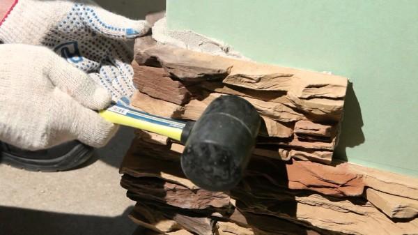Использование резинового молотка для подгонки элементов