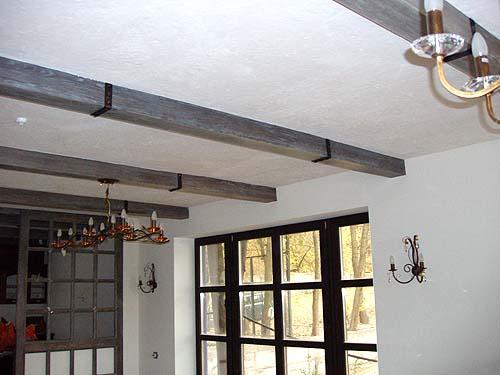 Как отделать балки на потолке в старинном стиле