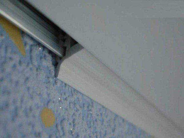 Ako zmeniť tapetu s strečovým stropom