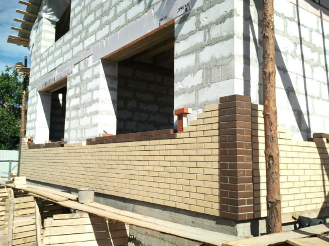 Чем отделать фасад и углы кирпичного или деревянного дома: и.