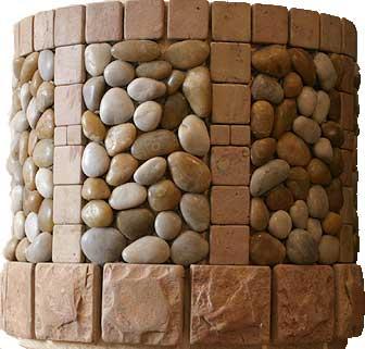 Комбинация различных пород камней для обшивки кольца колодца на поверхности