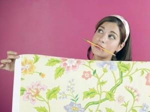 Комбинируя отделку, сначала клейте полотна, на которые приходится главная декоративная нагрузка.