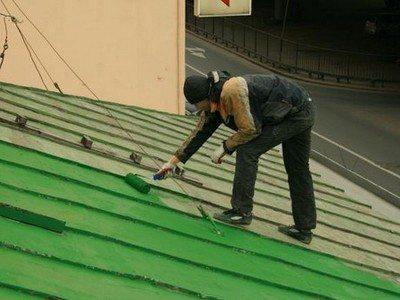 Красим крышу валиком – удобный инструмент для этих целей.