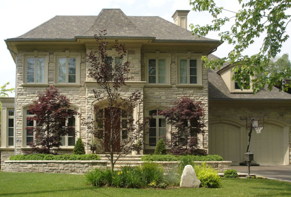 Красивы и надежны отделочные материалы для фасада дома из камня.