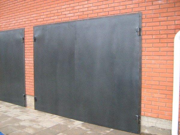 Краска для гаражных ворот должна эффективно предохранять их от коррозии.