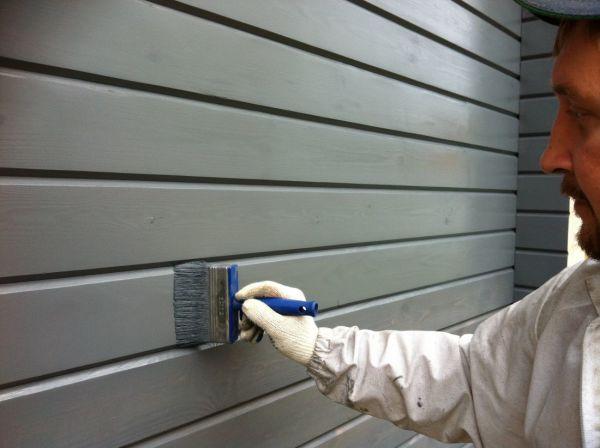 Краска для обработки деревянных стен снаружи должна обладать рядом особенностей.