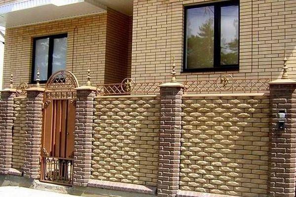 Любительское фото дома с забором, которые были созданы с использованием данного материала