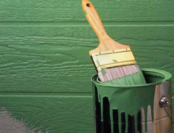 Материалы для наружной отделки деревянного дома не пестрят разнообразием – покраска по-прежнему в цене