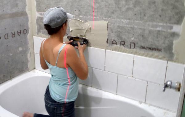 Кладем плитку в ванной своими руками на пол видео