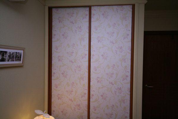 На фото - обычные бумажные обои, наклеенные на двери платяного шкафа