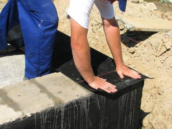 На фото – гидроизоляция фундамента