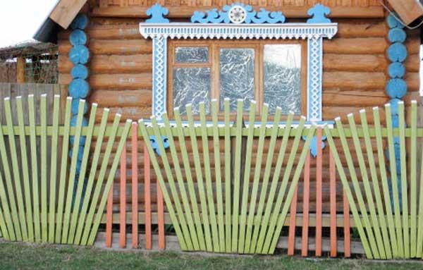 На фото – крашеный забор с домиком «под старину»