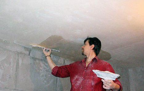 На фото – выравнивание потолка шпатлевкой