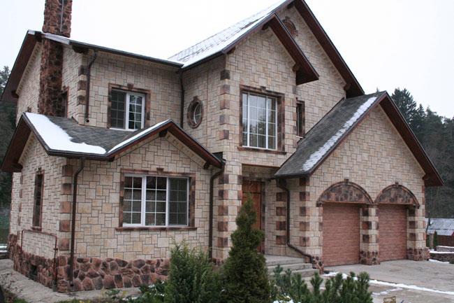 На фото: декоративный облицовочный камень для наружной отделки способен преобразить дом