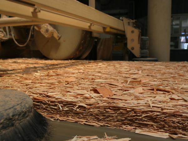 На фото изображен процесс изготовления материала