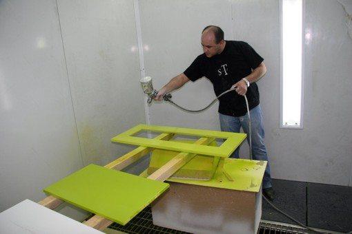 На фото отражен процесс окрашивания старой мебели.