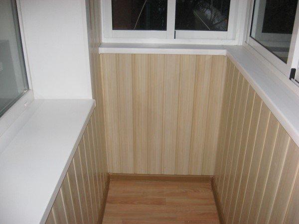 На фото пластиковые панели использованы для отделки балкона.