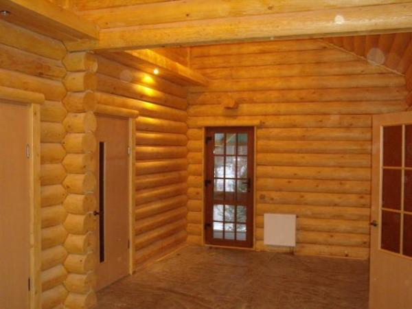 На фото показана отделка бревенчатого дома