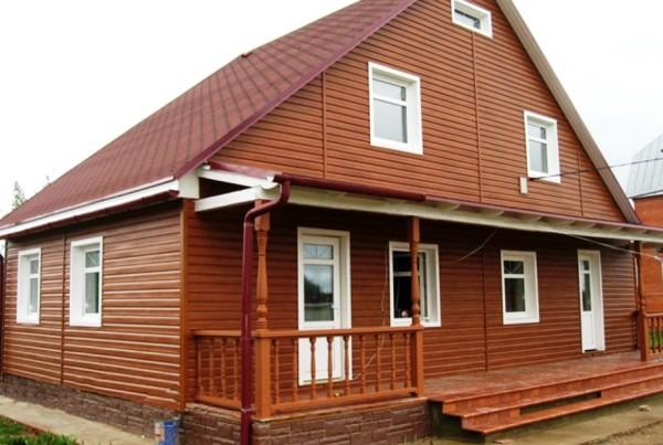 На фото: сайдингом отделываются как отдельные стены или небольшие строения, так и целые дома